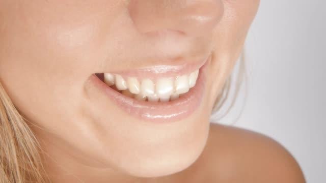 vídeos y material grabado en eventos de stock de hermosa sonrisa - sonrisa con dientes