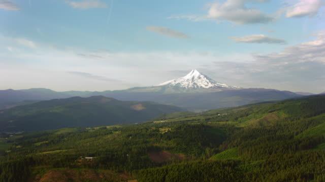 aerial snötäckta beautiful mount hood stiger över de gröna omgivningarna - panorering bildbanksvideor och videomaterial från bakom kulisserna