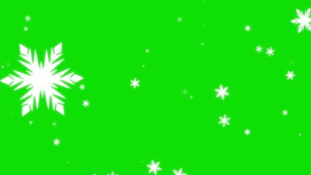 아름다운 눈송이 녹색 화면 4k 배경. 고립 된 떨어지는 만화 눈 - snowflakes 스톡 비디오 및 b-롤 화면