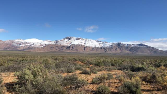 schöne schneeberg karoo winterlandschaft südafrika - afrikanische steppe dürre stock-videos und b-roll-filmmaterial