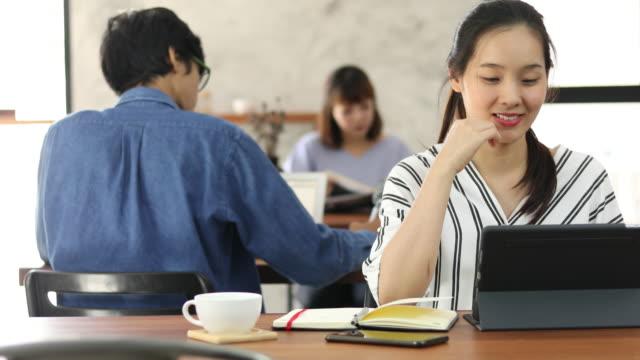 カフェで働く東南アジア美人 - テレワーク点の映像素材/bロール