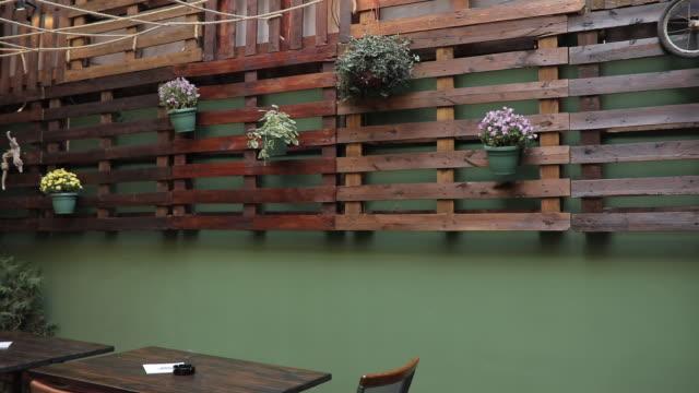 아름 다운 거리 카페 - 아이비 스톡 비디오 및 b-롤 화면
