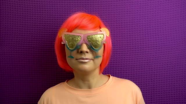 vídeos de stock, filmes e b-roll de a menina à moda bonita está comendo o lollipop no movimento lento. - músico pop
