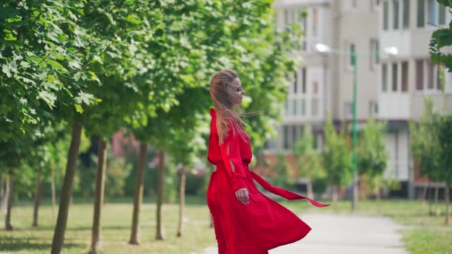 vídeos de stock e filmes b-roll de beautiful stylish woman walking - só mulheres jovens