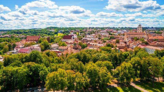 schöne sommer-panorama-zeitraffer der altstadt von vilnius mit großen wolken am blauen himmel - litauen stock-videos und b-roll-filmmaterial