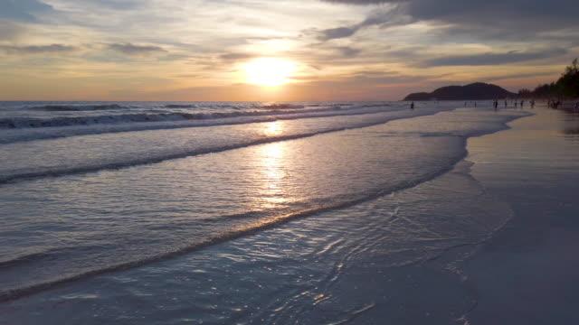 vídeos y material grabado en eventos de stock de hermoso amanecer en la playa - marea