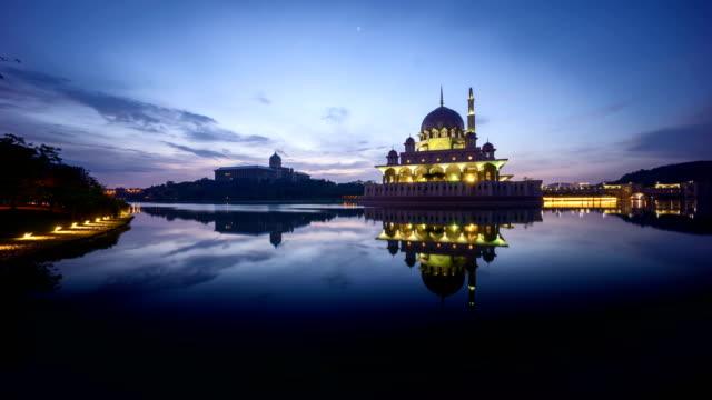 Lindo amanhecer na Putra mesquita, Putrajaya. - vídeo