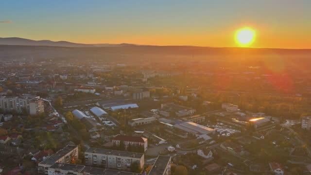 bella alba nella stagione autunnale sulla zona residenziale nella città di uzhgorod zakarpattya ucraina - transcarpazia video stock e b–roll