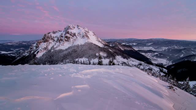 vacker soluppgång i vinter snöiga berg, tidsfördröjning, dolly skott - pink sunrise bildbanksvideor och videomaterial från bakom kulisserna
