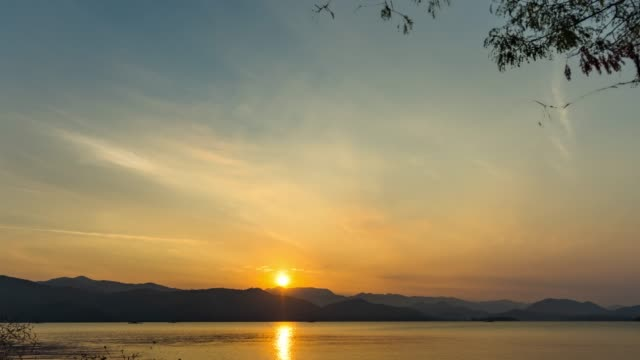 vídeos de stock e filmes b-roll de beautiful sunrise over mountains and lake, time lapse video - exposição longa