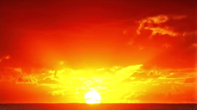 vídeos de stock e filmes b-roll de belo nascer do sol sobre o oceano. time lapse - linha do horizonte sobre água