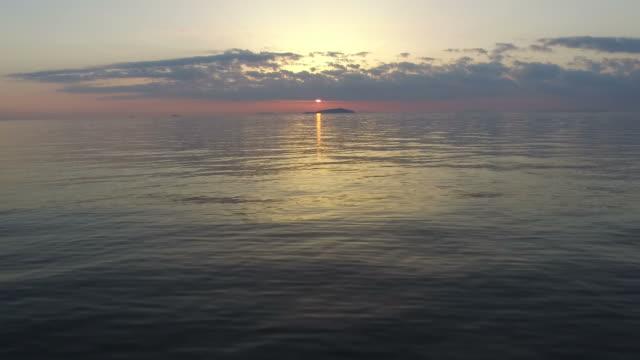 tramonto sopra il mare - telecomando background video stock e b–roll
