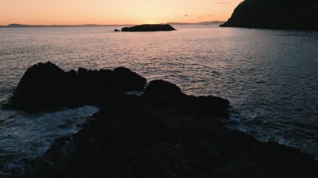 オーシャンロックアイランドの影で低空飛行美しい夕日アフターグロードローンビデオ ビデオ