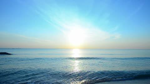 piękny zachód słońca na tropikalnej plaży - horyzont wodny filmów i materiałów b-roll