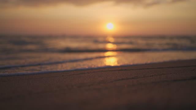 vídeos de stock e filmes b-roll de beautiful sunset at the tropical beach with sound - budismo