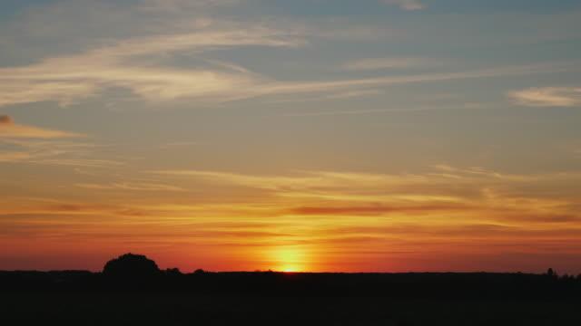 vídeos de stock e filmes b-roll de beautiful sunset in nature - linha do horizonte sobre terra
