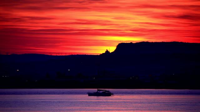 Wunderschönen Sonnenuntergang von Siracusa Hafen – Video