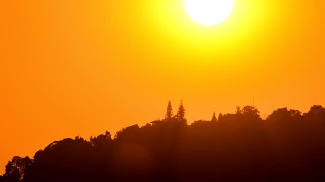 Hermosa puesta de sol sobre el templo de Doi Suthep. - vídeo