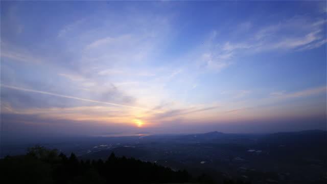 vídeos de stock, filmes e b-roll de belo pôr do sol em fukuoka, no japão. 4 k de tempo (time-lapse) - paisagem cena não urbana