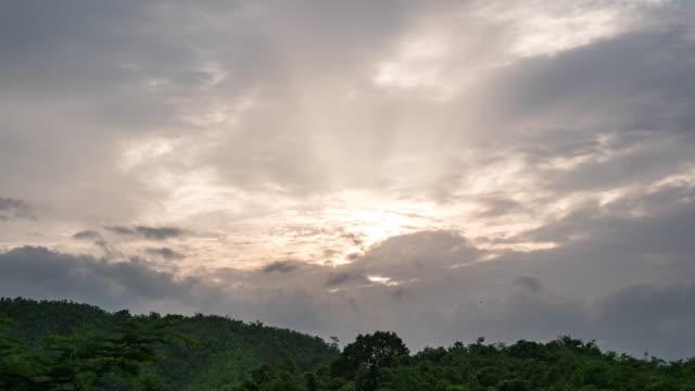 stockvideo's en b-roll-footage met prachtige zonsondergang over bergen met bewolkte hemel, time lapse video - regen zon