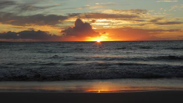 beautiful sunset over pacific ocean in maui. - ocean spokojny filmów i materiałów b-roll