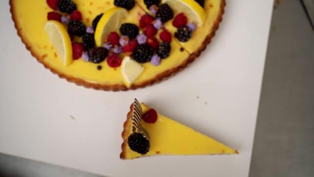 vídeos de stock e filmes b-roll de beautiful sweet lemon cheesecake - comida pronta