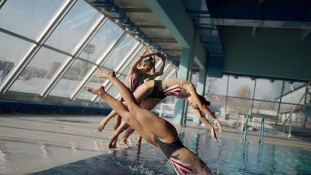 vídeos y material grabado en eventos de stock de hermosa actuación de natación sincronizada - coordinación