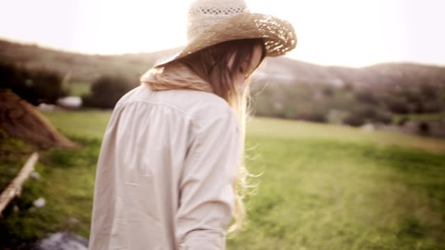 vídeos de stock e filmes b-roll de beautiful teen girl with blond hair walking in the country - agricultora