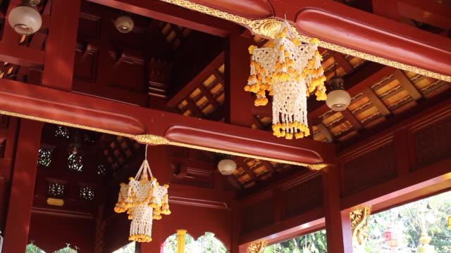 güzel tay geleneksel asılı çiçek kamu tapınağında dekore - stupa stok videoları ve detay görüntü çekimi