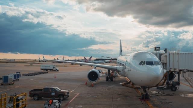 stockvideo's en b-roll-footage met mooie time lapse uitzicht op de luchthaven en enorme boeing staande op de landingsbaan - vliegveld vertrekhal
