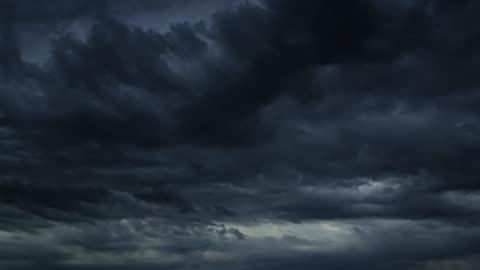 vidéos et rushes de beaux nuages sombres de tempête de timelapse. ciel nuageux dramatique. - ciel couvert