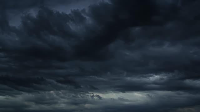 stockvideo's en b-roll-footage met mooie timelapse donkere storm wolken. dramatische bewolkte hemel. - bewolkt