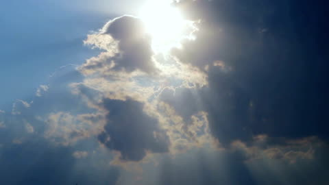 vidéos et rushes de beau timelapse avec gros nuages et le soleil qui percent les nuages masse - ciel couvert