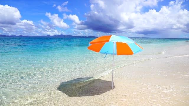 schöner tropischer strand in okinawa. - sonnenschirm stock-videos und b-roll-filmmaterial