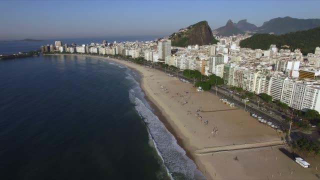 美しいトロピカルビーチの風景、山、コパカバーナビーチ、リオデジャネイロ、ブラジルの豪華な建物。 - コパカバーナ海岸点の映像素材/bロール