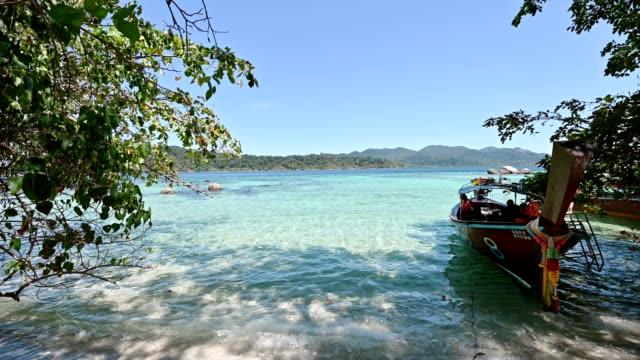 リペ島の白いビーチに、木製のロングテールボートがある美しいトロピカルな海 - 名所旧跡点の映像素材/bロール