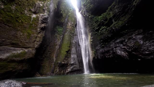 Wunderschönen tropischen Wasserfall. Bali, Indonesien – Video