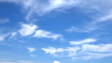stockvideo's en b-roll-footage met mooie universeel cloudscape achtergrond, time lapse - gewone snelheid