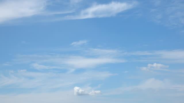 schöne universelle cloudscape hintergrund - zirrus stock-videos und b-roll-filmmaterial