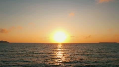 piękny widok nad oceanem wschód słońca drone stały strzał - horyzont wodny filmów i materiałów b-roll