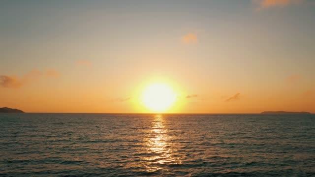schöne aussicht über ozean sonnenaufgang drohne stetige aufnahme - horizont über wasser stock-videos und b-roll-filmmaterial