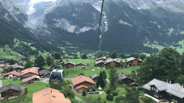 vacker utsikt från linbanan flyttar i grindelwald switzerland - grindelwald bildbanksvideor och videomaterial från bakom kulisserna