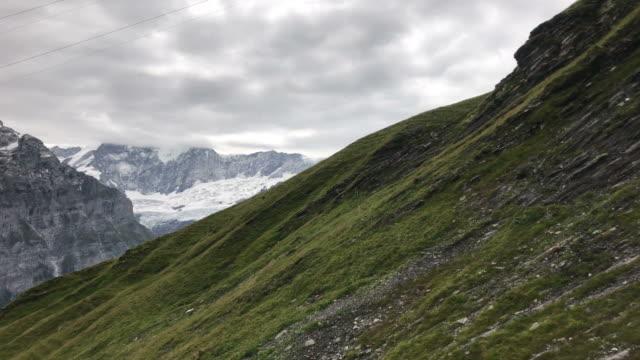 vacker utsikt från linbanan flyttar i grindelwald, switzerland - grindelwald bildbanksvideor och videomaterial från bakom kulisserna