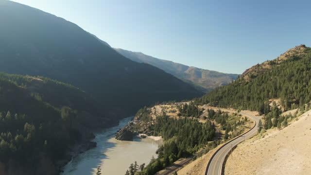 splendida vista sulla natura canadese e su una strada panoramica - fiume fraser video stock e b–roll