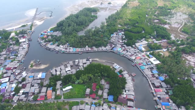 beautiful view of fisherman village near a sea with curved river, aerial video - графство дерри стоковые видео и кадры b-roll