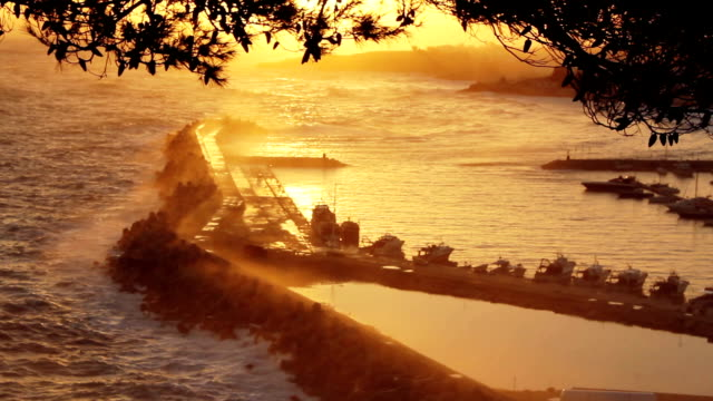 bellissima vista del tramonto sulla baia di santa maria di leuca, italia - lecce video stock e b–roll
