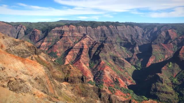 schöne aussicht auf den waimea canyon auf der hawaiianischen insel kauai an einem klaren sonnigen tag. - tal stock-videos und b-roll-filmmaterial