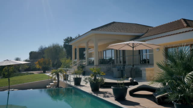 vídeos y material grabado en eventos de stock de hermosa vista con piscina y villa - nueva casa