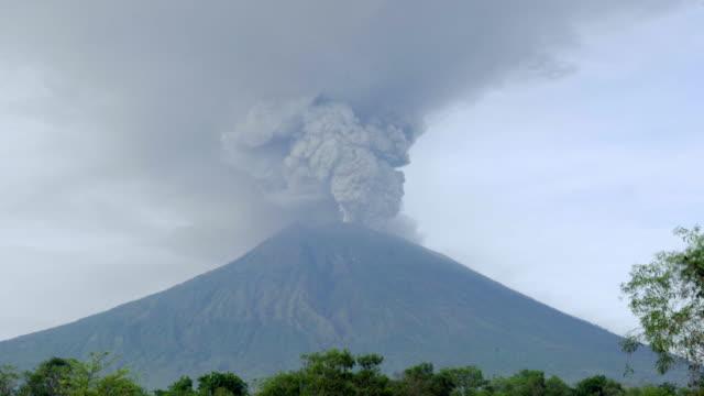 vulkan-ausbruch - vulkan stock-videos und b-roll-filmmaterial