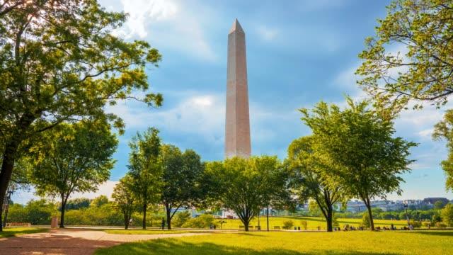schöne washington monument zeitraffer ansicht aus dem park - größere sehenswürdigkeit stock-videos und b-roll-filmmaterial